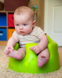 si e bumbo dziecko używa trenujący bumbo siedzenia siedzieć up obraz stock