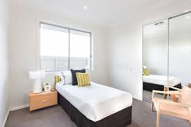 chambre simple ou chambre à coucher moderne avec un lit simple et feuilles blanches