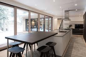 cuisine ilot table maison avec un intérieur spacieux et lumineux house