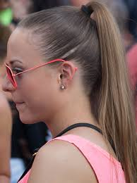 hair cut with a defined point in the back ponytail wikipedia