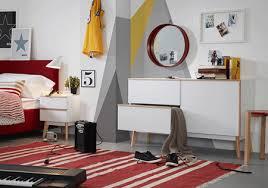 imagenes de notas rojas un dormitorio nórdico con muebles en blanco y madera y notas rojas