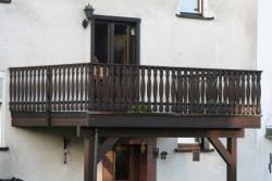holzgelã nder balkon holzbalkon bauunternehmen