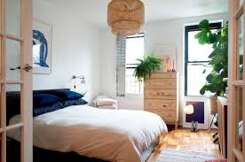 house tour alana u0027s railroad apartment therapy
