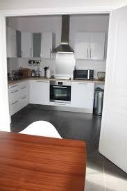 cuisine blanche plan de travail bois cuisine blanche mur bleu canard