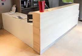 comptoir de bureau comptoir daccueil en bois melamine plaque blanc et bois clair