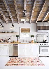 tapis pour la cuisine un tapis de cuisine noir et blanc pour accentuer le style