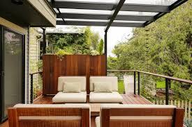 balkon sichtschutz aus glas 26 ideen für balkonverkleidung welche materialien eignen sich