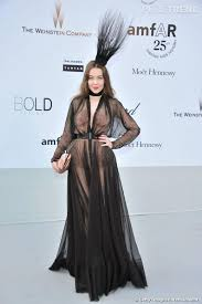 la robe de chambre la fashionista uliana sergianko en robe de chambre un plumeau sur