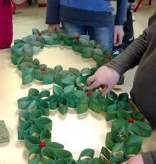 diy une couronne de noël en recyclage idée école l u0027atelier du