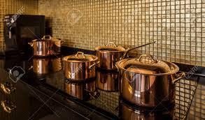 ustensiles de cuisine en cuivre ustensiles de cuivre de cuisine moderne intérieur de banque d images