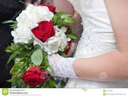 bouquet de fleurs roses blanches bouquet de mariage des roses rouges et des fleurs blanches