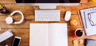 gadgets du bureau bureau avec un cahier vide de divers gadgets et fournitures de