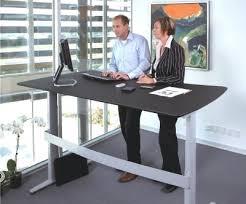 travail dans un bureau table de travail bureau les bureaux assis debout favoriseraient le