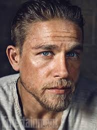 how to get thecharlie hunnam haircut charlie hunnam as king arthur an ew first look