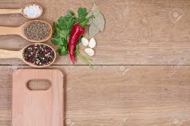 planche de cuisine pices dans des cuillères piment et planche de cuisine sur