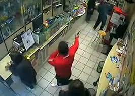 rapina in rapina in tabaccheria titolare in ostaggio interviene la polizia