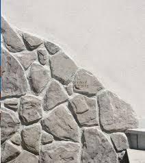 wandgestaltung mit naturstein verblendstein madera rustikaler kunststein in bruchstein optik