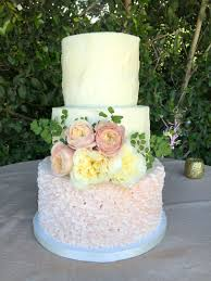 wedding cake on a budget how much should i budget for my wedding cake it cupcakery