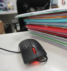 souris bureau souris d ordinateur et de dossier de documents placés sur le bureau