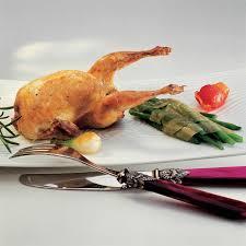 cuisiner caille recette caille rôtie au romarin cuisine madame figaro