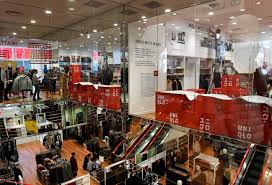 h m open on thanksgiving downtown officials have high expectations as uniqlo opens its
