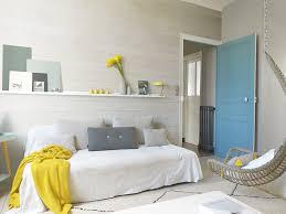 une chambre d appoint avec un parement bois blanc vénus