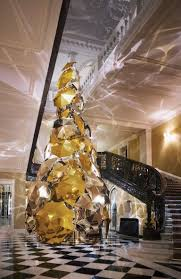 claridge u0027s unveils this year u0027s iconic christmas tree designed by