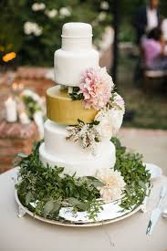 beautiful fresh flowers on wedding cakes