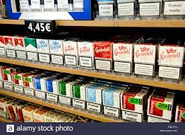 bureau de tabac banque sélection de cigarettes en vente dans un bureau de tabac banque d