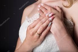 imagenes de uñas acrilicas con pedreria novia hermosa chica en vestido de novia blanco con uñas acrilicas y