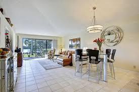 weisse wohnzimmer weiße fliesen böden integriert mit den boden bis zur decke alles