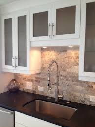 kitchen granite and backsplash ideas 25 melhores ideias de travertino backsplash no