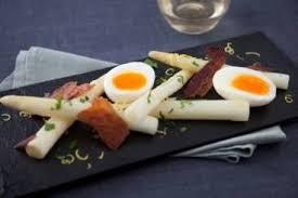 comment cuisiner des asperges blanches recette de asperges blanches œuf mollet pancetta croustillante et