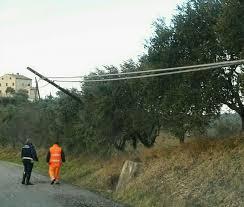tralicci per ricanti forte vento disagi in provincia alberi e pali della luce caduti