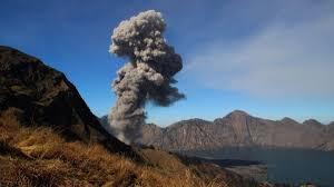aktuelle vulkanausbrüche insel in indonesien vulkan bricht auf lombok aus über 100