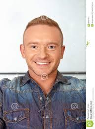 nouvelle coupe de cheveux homme salon de coiffure homme avec la nouvelle coupe de cheveux