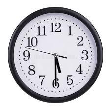 bureau om het bureau om klok toont half voorbij vijf stock afbeelding