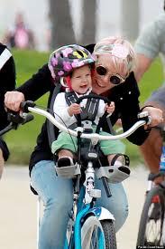siege velo avant la chanteuse américaine pink emmène enfant à l école en vélo