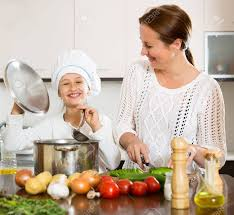 faire la cuisine fille aidant maman à faire de la soupe à la cuisine et