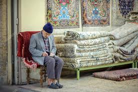 venditore di tappeti venditore di tappeti nel mercato di isfahan foto editoriale