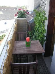 holzbelag balkon balkonverkleidung kleiner balkon bambusmatten spaliere tisch holz
