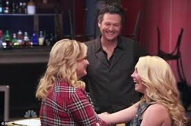 blake shelton chooses the two contestants mentored by wife miranda