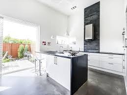 vintage glass canisters kitchen brede skuffer højt til loftet åbent køkken pendellamper lille