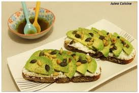cuisiner des avocats recette avocado toast avocats chèvre frais et graines la
