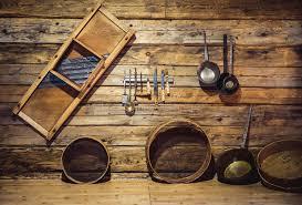 vieux ustensiles de cuisine vieux ustensiles traditionnels accrochant sur le mur en bois à la