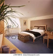 chambre en osier banque de photo osier poitrine dans chambre à coucher à brun