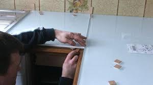 joint pour plan de travail cuisine rhabiller sa cuisine en plaques de verre etape 5 alignement des