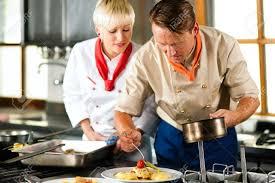 femme dans la cuisine deux chefs en travail d équipe homme et femme dans un aliment