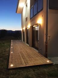 le de terrasse encastrable idée d éclairage d une façade de maison et sa terrasse bois