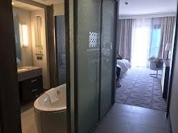chambre d hotel dubai vue de la chambre sur la plus haute tour du monde la piscine de l